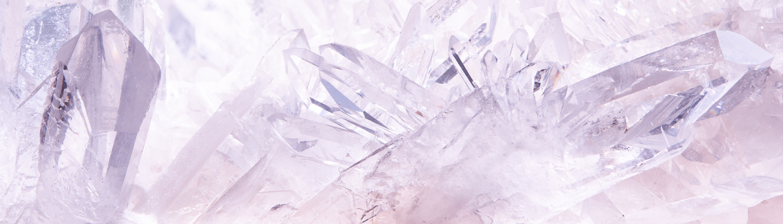 Quarzkristalle in rosafarbenem Licht